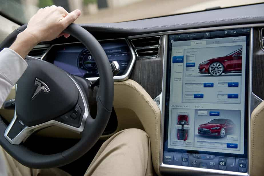 YouTube to soon brace Tesla in-car display- Image by Digital Trends