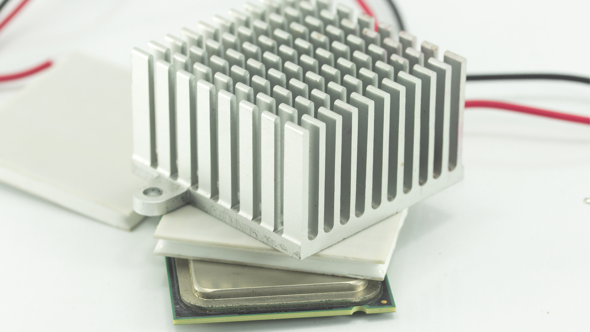 Peltier heat pump for PCB cooling